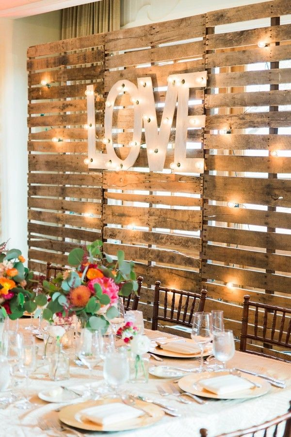 rustic-love-wood-pallets-backdrop-wedding-party-table